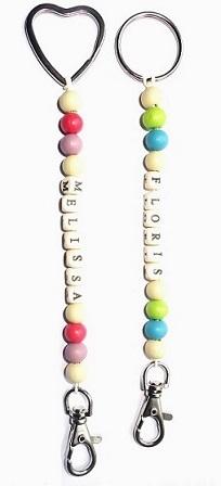 Kinderfeestje sleutelhangers met naam zelfmaakpakketjes houten kralen pastelkleuren