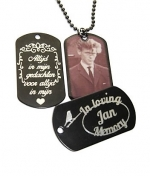 In memorial dogtag gegraveerd AFGEDICHT met transparante sticker of hars