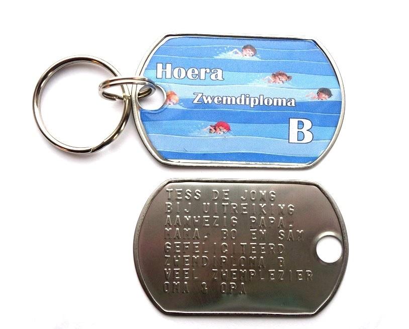Sleutelhanger RVS dog tag extra groot afzwemmen zwemdiploma A B of C achterkant 8 regels tekst