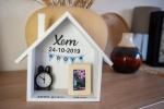 Geboortebord huis of naamhuis 23x18,5 met porseleinen fotolijstje en klokje