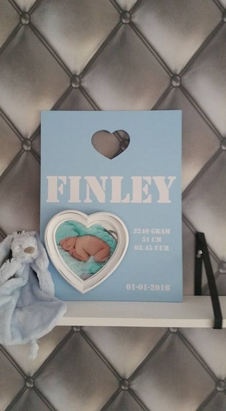 Geboortebord 40 x 40 tekst met hart fotolijst en uitgezaagd figuur