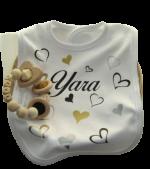 Kraampakket met gepersonaliseerde cadeau's met naam special hearts met bijtring in mand