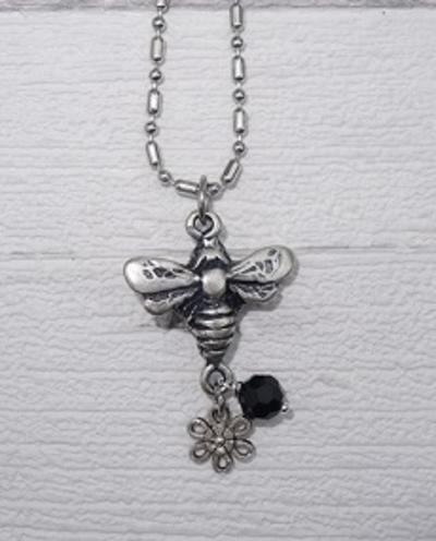 Ketting met grote bij met hangers zwarte kristal en bloempje