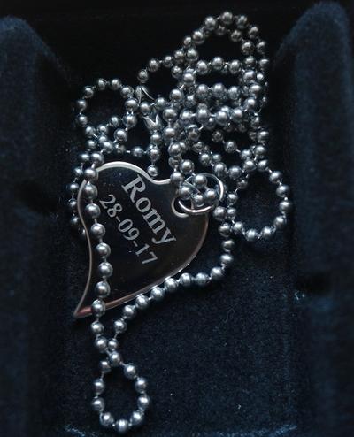 Gegraveerd hart RVS met naam en datum
