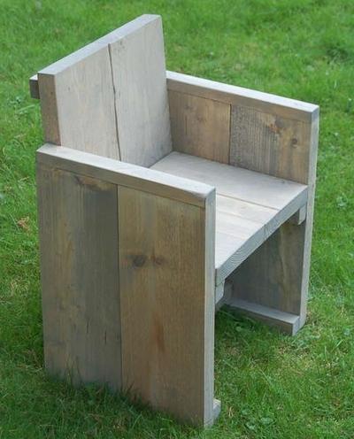 Steigerhouten stoeltje dichte zijkanten met beschilderde naam zithoogte 33cm