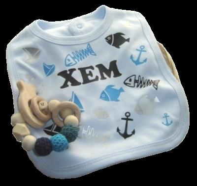 Kraampakket met gepersonaliseerde cadeau's met naam special navy met bijtring in mand